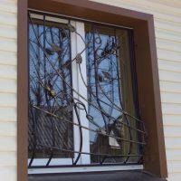 Кованая решетка на окне 1